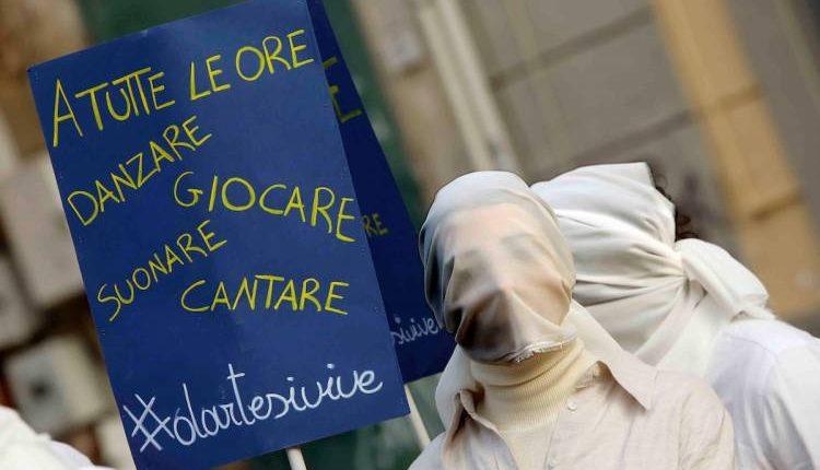 Marcia della liberazione a Napoli, gli artisti: apriamo cinema e teatri