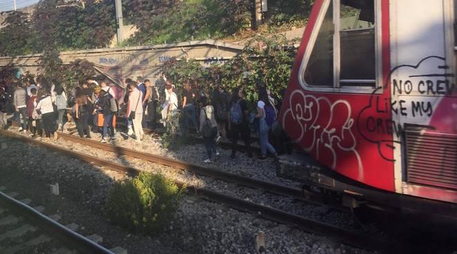 Report Legambiente sui pendolari in Campania: i treni sono rock, il trasporto lento e il disastro della Circumvesuviana