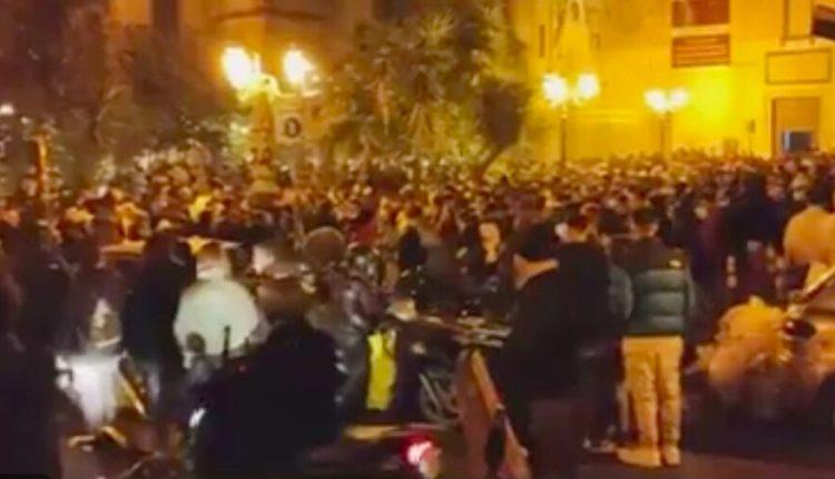 Primo giorno arancione a Napoli: folla tra lungomare e centro e in alcuni quartieri file davanti bar per asporto