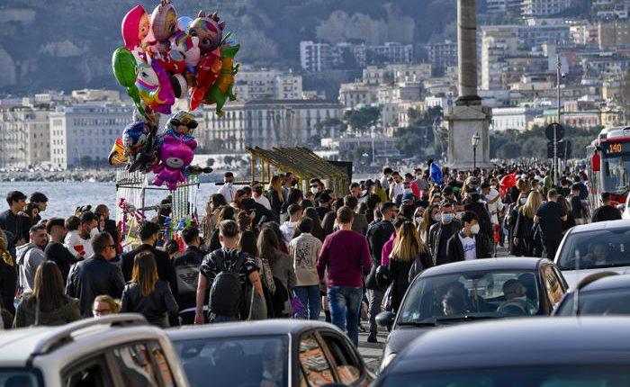 """Emergenza Covid, a Napoli folla sul lungomare e assembramenti nei luoghi della movida. Borrelli: """"Situazione fuori controllo"""""""