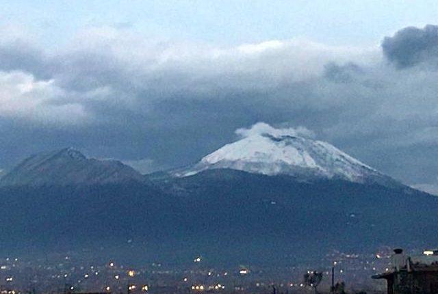Gelo in Campania, neve sul Vesuvio e nelle aree interne