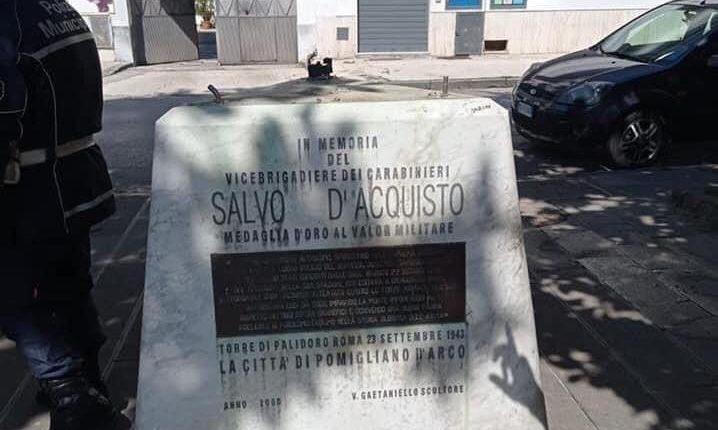 A Pomigliano d'Arco rubano la statua del brigadiere eroe Salvo D'Acquisto: indagano vigili urbani e carabinieri