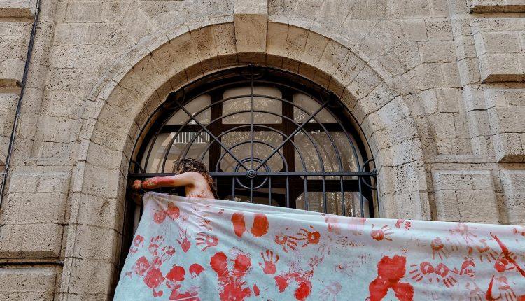 Sgombero dell'Accademia delle Belle Arti di Napoli, seni nudi per protesta per chiedere istituzione sportello anti molestie