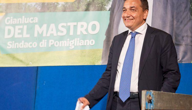 """A Pomigliano d'Arco consiglio straordinario per le intimidazioni al sindaco. Gianluca Del Mastro: """"Pur rimanendo scosso, senza spavalderia continuo con la stessa tenacia e non mi fermo"""""""