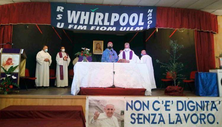 """Whirlpool, la messa in fabbrica dell'arcivescovo di Napoli: """"La Chiesa è con voi"""""""