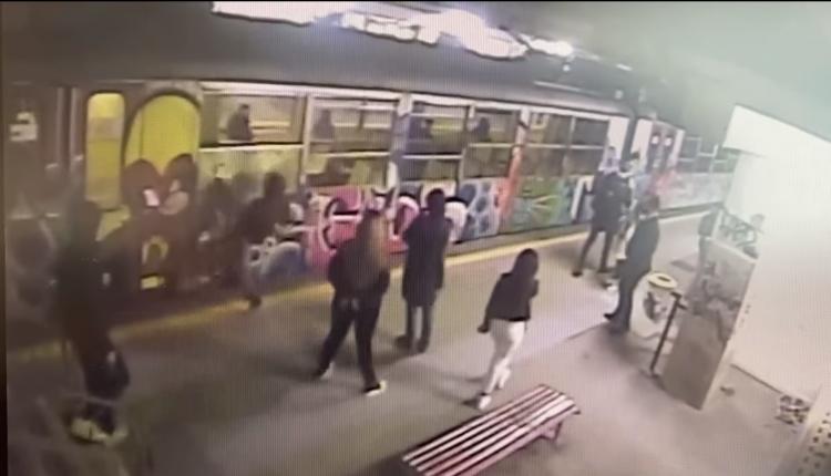 Vandali in Circumvesuviana: a Sant'Anastasia tre ragazzi a calci mandano in frantumi il finestrino di un treno