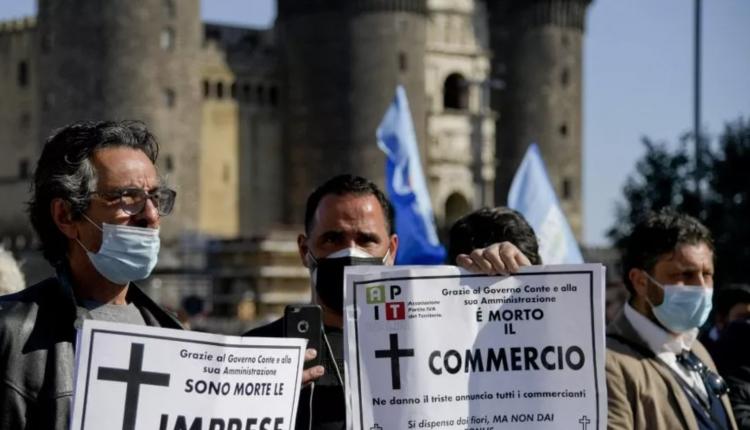 """La crisi del commercio: """"Io apro"""", ristoratori manifestano a Napoli e annunciano l'apertura il 7 aprile"""