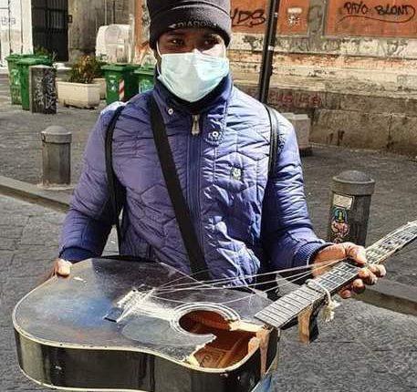 Rompono la chitarra ad artista strada, subito gara solidarietà. La denuncia del Consigliere regionale di Eruopa Verde Francesco Emilio Borrelli