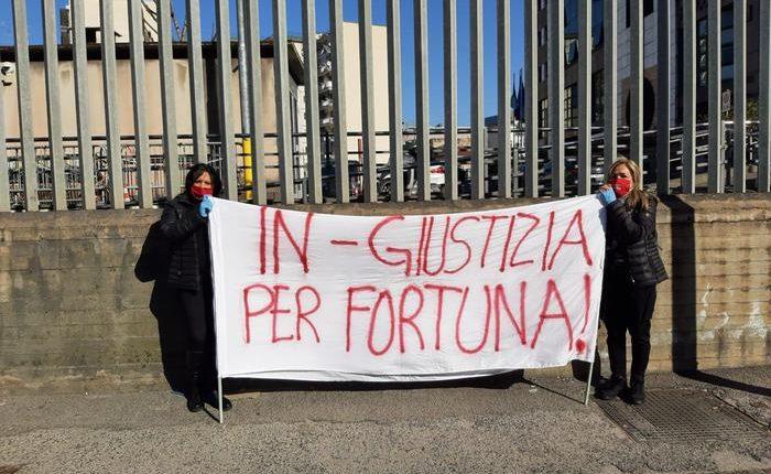 """L'omicidio di Fortuna Bellisario, contro la scarcerazione marito la protesta silenziosa delle """"Forti Guerriere"""" fuori al Tribunale"""