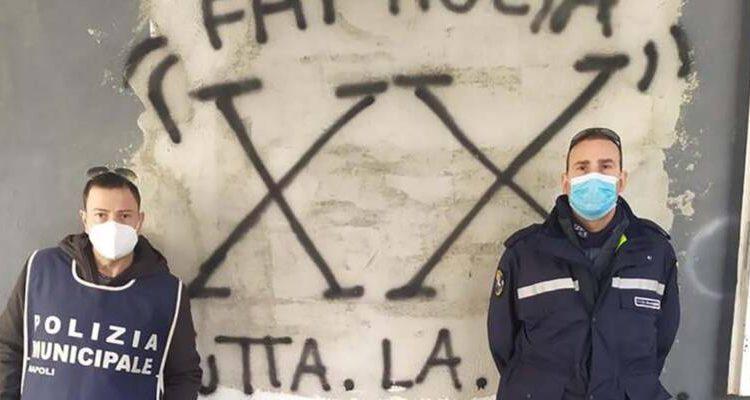 """POLVERIERA PONTICELLI – Lotta ai simboli della camorra, cancellata scritta inneggiante clan De Martino """"XX"""". Nei prossimi giorni oscurate anche le altre"""