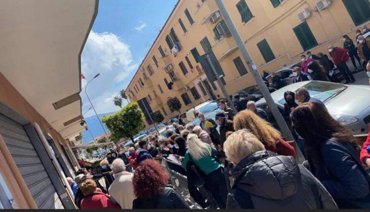 A Pomigliano d'Arco, ressa e assembramenti  al centro vaccinale di via Locatelli
