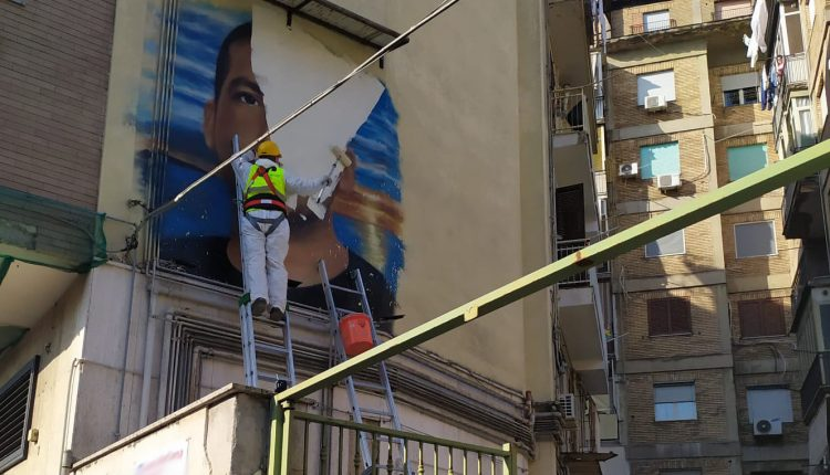 """Camorra, rimosso murale a Napoli est, familiari defunto protestano. Alessandra Clemente: """"Continuiamo a donare bellezza a Napoli lberandola dai simboli dell'omertà"""""""