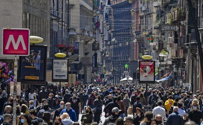 Folla e assembramenti al centro di Napoli: ma i ristoranti senza tavolini all'esterno restano chiusi e nei bar c'è il divieto del caffè al banco