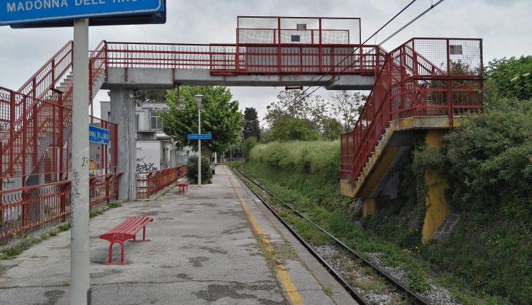 In fin di vita una donna investita dal treno: le immagini delle telecamere registrano il tentato suicidio