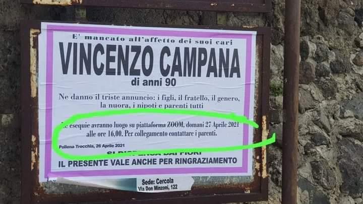 A Pollena Trocchia, il manifesto è quello classico e la morte pure, purtroppo: i funerali però si sono svolti su Zoom.