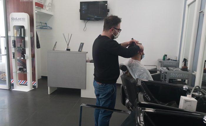 A Portici per aiutare una donna malata, Luigi taglierà i capelli gratis