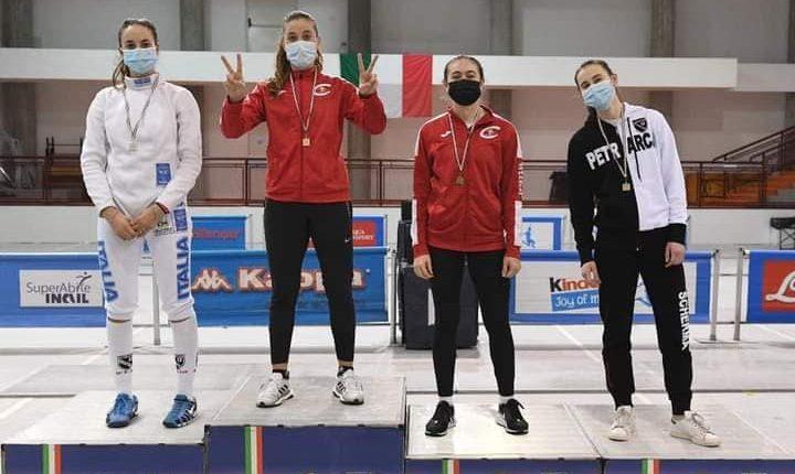 Mariella Viale della Champ Napoli è campionessa italiana di scherma: ha battuto atlete anche di cinque anni più grandi. Orgoglioso il maestro Gigi Tarantino