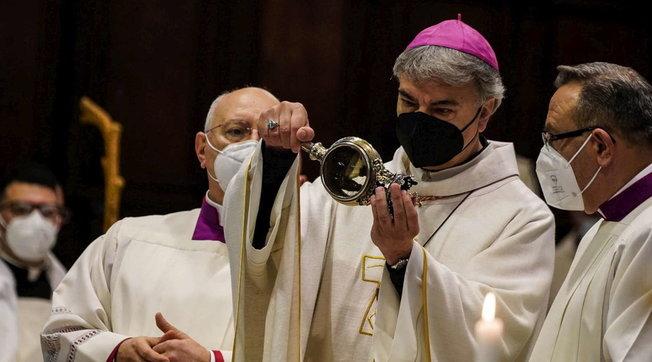 San Gennaro, si è ripetuto il miracolo, sciolto il sangue: dopo un'intera giornata di preghiere e celebrazioni