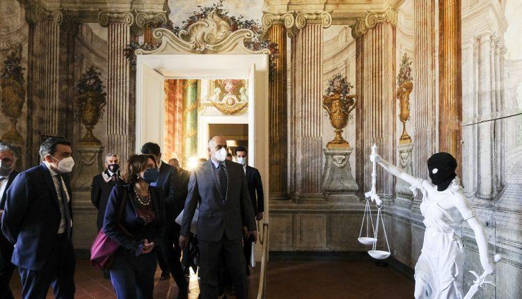 L'importante collezione privata dello stilista internazionale aperta al pubblico: la Fondazione Ente Ville Vesuviane presenta la mostra COSI' FAN TUTTI le opere  di Ernesto Esposito a Villa Campolieto