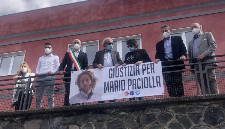 GIUSTIZIA PER MARIO PACIOLLA – A Massa di Somma sindaco e assessori appongono lo striscione e incontrano i genitori del cooperante Onu ammazzato in Colombia