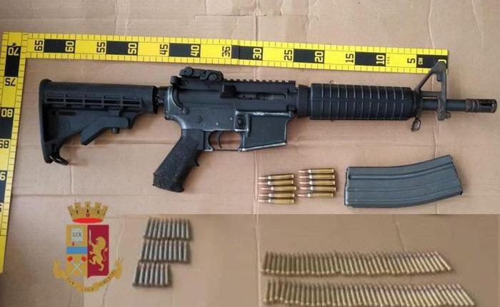 A Napoli la polizia trova un fucile d'assalto Nato nella roccaforte dei clan