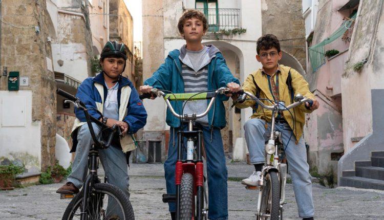 Generazione 56K, su Netflix la nostalgia degli anni '90:con The Jackal, tra la Procida di Troisi e Napoli