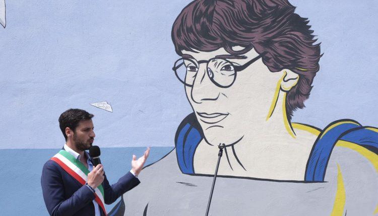 Palma Campania, ecco il murale per Giancarlo Siani. Alla presentazione il sindaco Nello Donnarumma,  l'assessore alla cultura Elvira Franzese e il parlamentare Paolo Siani