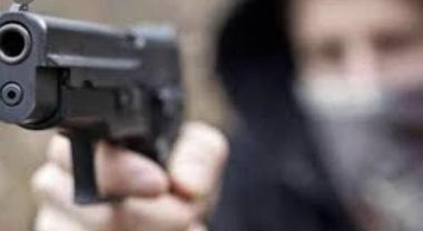 Spari e paura in un negozio di frutta a Somma Vesuviana, ferito un uomo: indagano i carabinieri