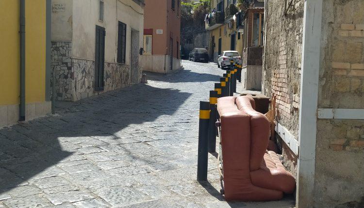 Al Centro storico di Pollena Trocchia l'unico spazio pedonale è ostruito da più di un mese da ingombranti. Nella totale indifferenza di tutti