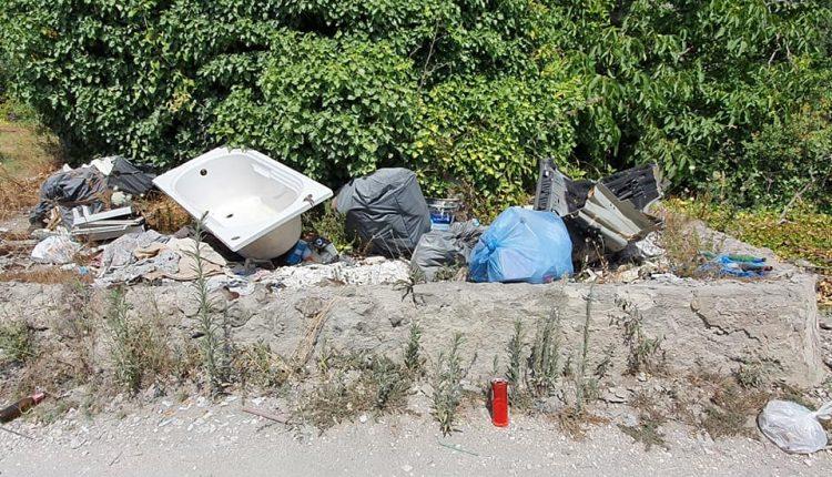 A Pollena Trocchia, le strade di accesso ai sentieri del Parco Nazionale del Vesuvio piene di rifiuti di ogni tipo. La segnalazione al sindaco e all'assessore dei consiglieri De Siena, Di Sarno e Fiorillo