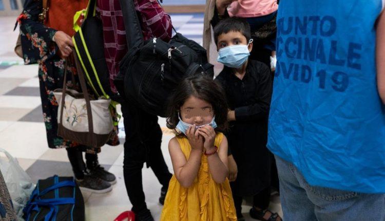 Afghanistan: arrivati a Napoli altri 87 profughi: sistemati al Covid Residence, tra loro una decina di bambini