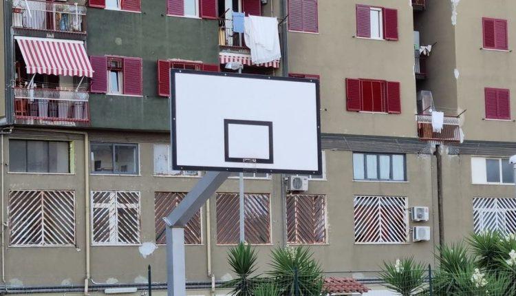 A Pollena Trocchia l'unica struttura sportiva pubblica è una gabbia: al campo di basket infatti mancano da mesi i canestri
