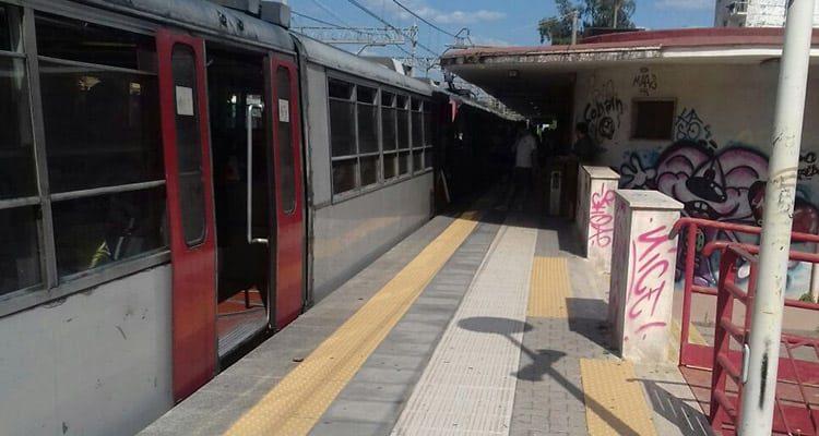 Si stende in mezzo a rotaie nei pressi della stazione Circum di San Giorgio a Cremano, passa il treno ma resta illeso