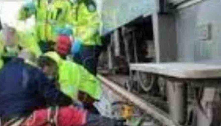 Investito e ucciso dal treno in corsa a Torre del Greco: passeggeri costretti a scendere dal convoglio