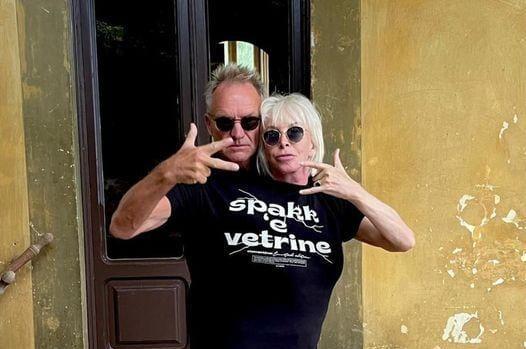 Sting e la moglie Trudie a spasso per Napoli: la foto con la maglietta di Clementino è virale