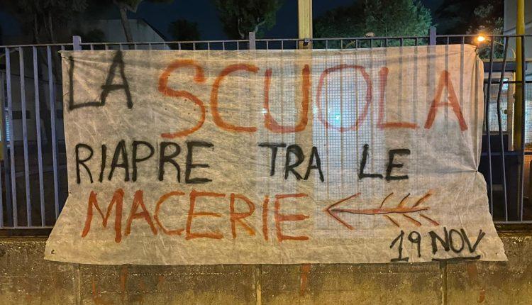 """RICOSTRUIRE LA SCUOLA – A Pomigliano d'Arco il primo giorno di scuola inizia così: striscioni fuori gli istituti. L'unione degli studenti: """"Vogliamo un rientro in sicurezza senza più tagli all'istruzione"""""""