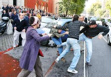 Portici. Prima gli sfottò, poi una coltellata. Arrestati padre e figlio per lesioni ad un commerciante nel Centro di Portici
