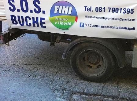 I candidati di Fli si autotassano per riparare le buche napoletane