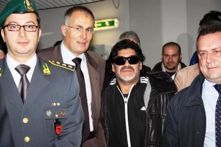 Calcio:Diego Maradona arrivato in Italia, i passeggeri gli danno il 'bentornato' e scattano foto ricordo