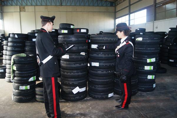 Fermo giudiziario a Somma Vesuviana per abusivismo edilizio e violazione delle norme antincendio per i pneumatici stipati nel capannone
