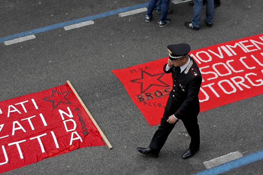 Pomigliano: occupata la sede della Uil. Bruciate bandiere di Forza Italia