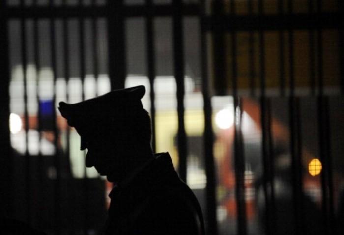 A Barra, smantellata piazza di spaccio: droga nascosta nelle fessure dei muri, 8 arresti