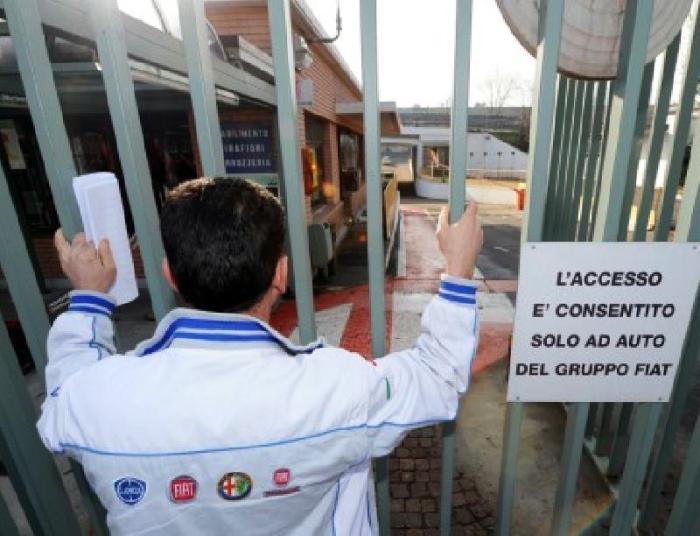 """I cassintegrati Fiat: """"Uniti si vince, la Fiat uccide salari, diritti e operai"""" e bloccano la strada che conduce al meeting Fiat"""