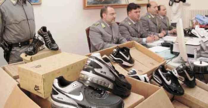 Patto tra la camorra e i cinesi per gli affari del falso in Italia: 34 arresti della Guardia di Finanza