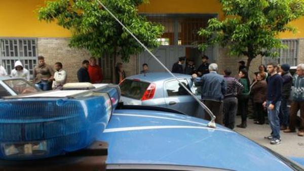 Polizia davanti all'abitazione della donna che ha ucciso il figlio a coltellate ad Afragola (Napoli), 29 aprile 2014.ANSA/CESARE ABBATE