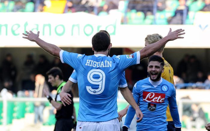 Verona-Napoli 0-2, azzurri esultano. In testa alla classifica aspettando Fiorentina e Inter
