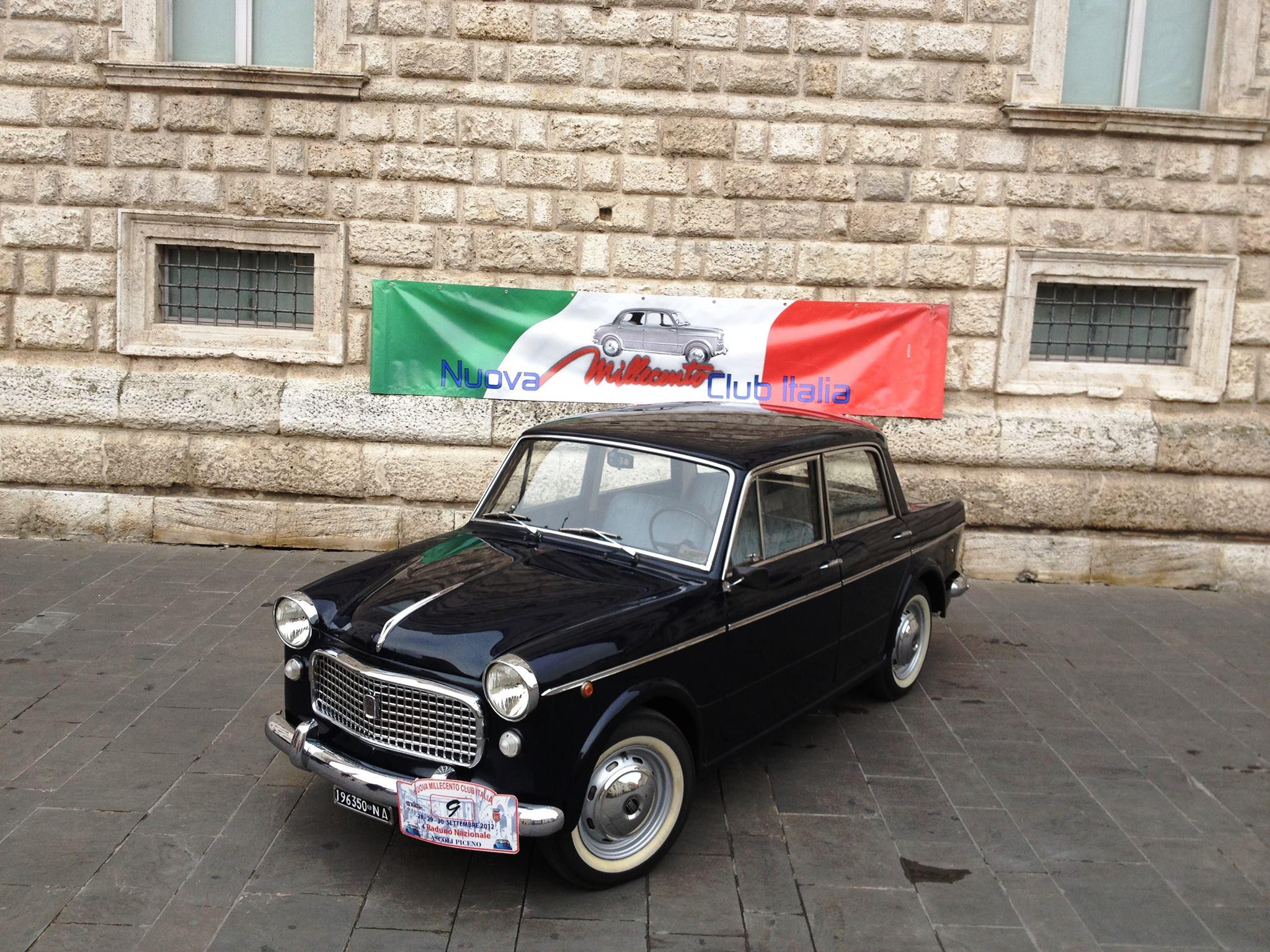 Un raduno di Fiat 1100 nel Museo di Pietrarsa tra locomotive, carrozze e littorine storiche