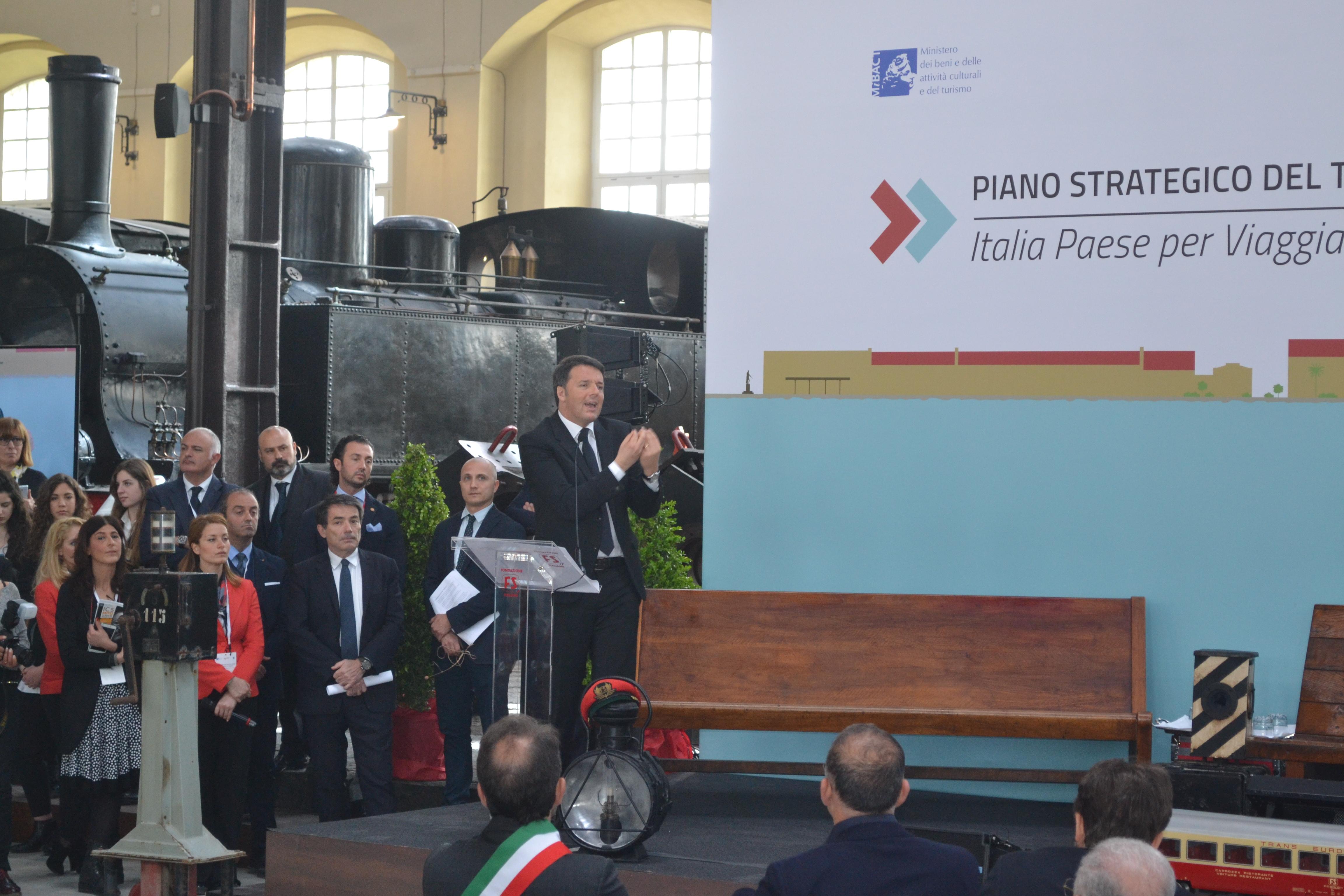 """(Foto e Video) Renzi fa tappa a Portici. Cecchini sui tetti del Museo di Pietrarsa mentre i politici """"sfilano"""" all'esterno del sito"""