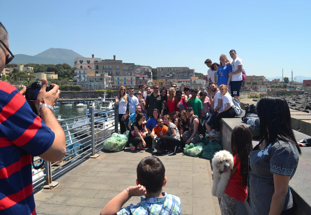 (Foto e video) Let's do it Mediterranean! Clean up Granatello!: una lezione di civiltà che ha coinvolto cittadini, associazioni e istituzioni a Portici. Ora si attende una strategia seria di contrasto all'inquinamento nel molo borbonico