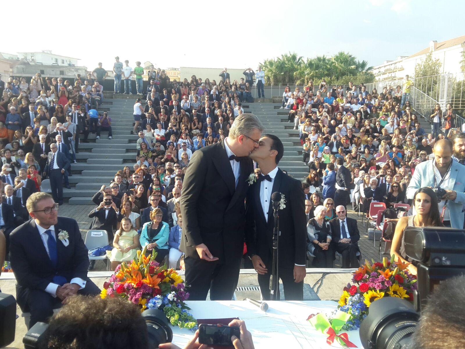 Festa dei diritti e dell'amore: Giorgio Zinno e Michele Ferrante sposi. 500 invitati dopo la cerimonia nello splendido Museo Ferroviario di Pietrarsa